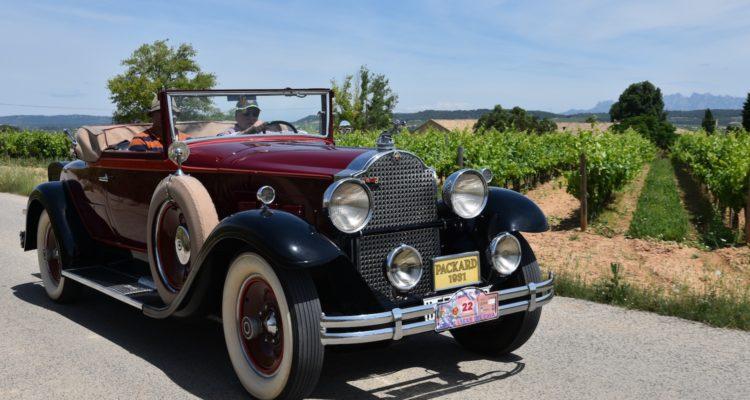 El 13è Ral·li de Cotxes d'Època País del Cava enamora al Penedès